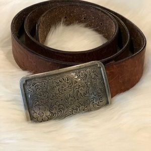"Fossil leather larger belt 1.5 wide , 36"" long"